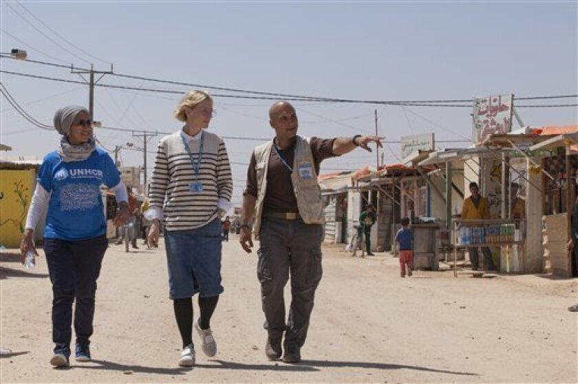 La embajadora de buena voluntad de la ACNUR Cate Blanchett, centro, y el responsable de campamento Hovig Etyemezian, derecha, caminan en el campo de refugiados de Zaatari durante una visita a refugiados sirios en Jordania en una fotografía sin fecha proporcionada por ACNUR el lunes 12 de septiembre de 2016. Blanchett y otros actores participan en un video por los refugiados publicado por ACNUR el lunes.