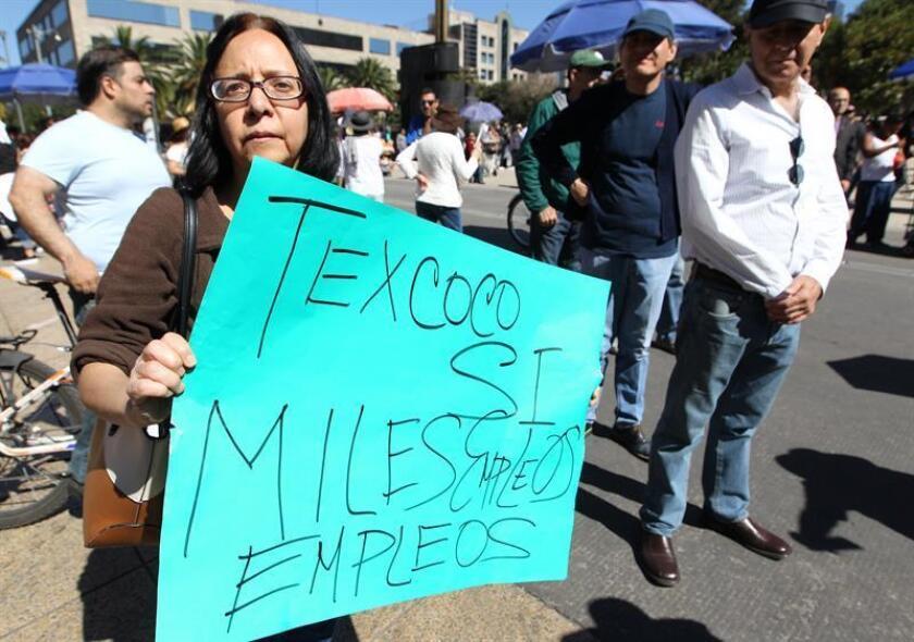 Una mujer sostiene un cartel durante una manifestación hoy contra el nuevo presidente de México, Andrés Manuel López Obrador, en Ciudad de México (México). EFE