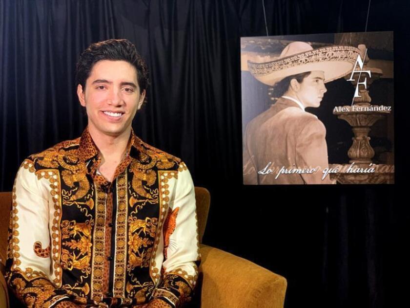 El cantante mexicano Alex Fernández, nieto de Vicente Fernández e hijo de Alejandro Fernández, posa este lunes para Efe durante una entrevista en Miami, Florid (EE.UU). EFE