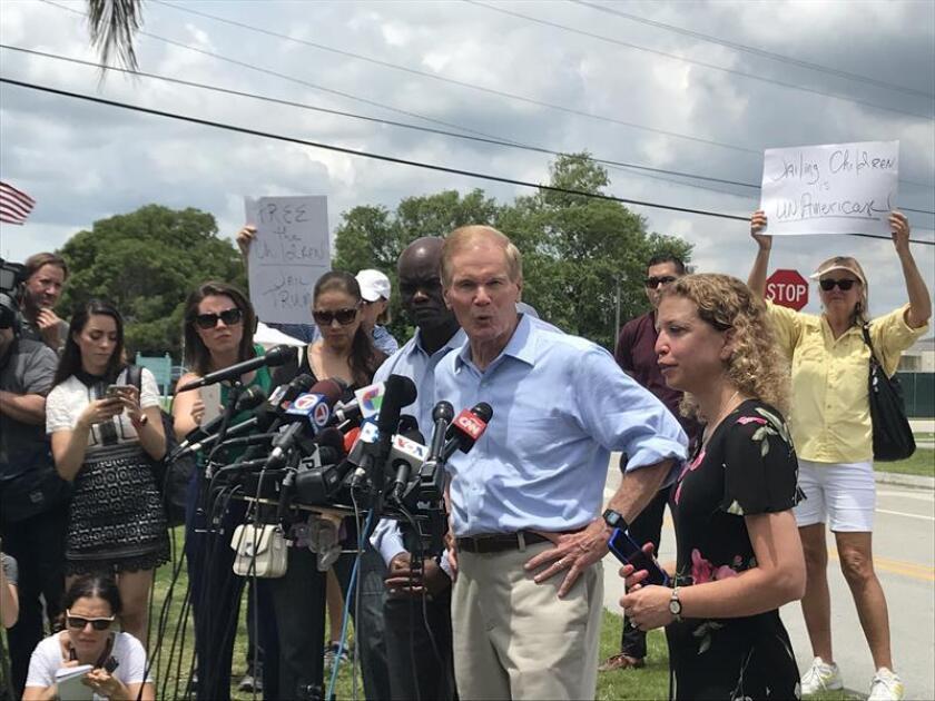 """El senador demócrata por Florida, Bill Nelson (c), habla con los periodistas junto a la congresista Debbie Wasserman Schultz (d) y el representante estatal Kionne L. McGhee (i), a las afueras del refugio para niños inmigrantes que funcionarios de """"alto nivel"""" del Departamento de Salud y Servicios Humanos (HHS) no les permitieron la entrada hoy, martes 19 de junio de 2018, en Homestead, Florida (EE.UU.). EFE"""