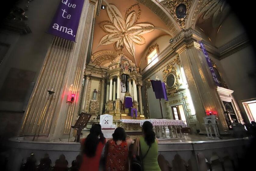 Feligreses acuden hoy, jueves 29 de marzo de 2018, a la iglesia de la Merced, durante la tradicional visita de los siete templos, en la ciudad de Guadalajara (México). EFE