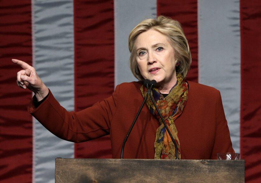 La precandidata demócrata Hillary Clinton habla hoy, martes 16 de febrero de 2016, durante un evento de campaña en el centro The Schomburg para la investigación en la cultura negra, en Harlem, Nueva York (EE.UU.). EFE/Jason Szenes