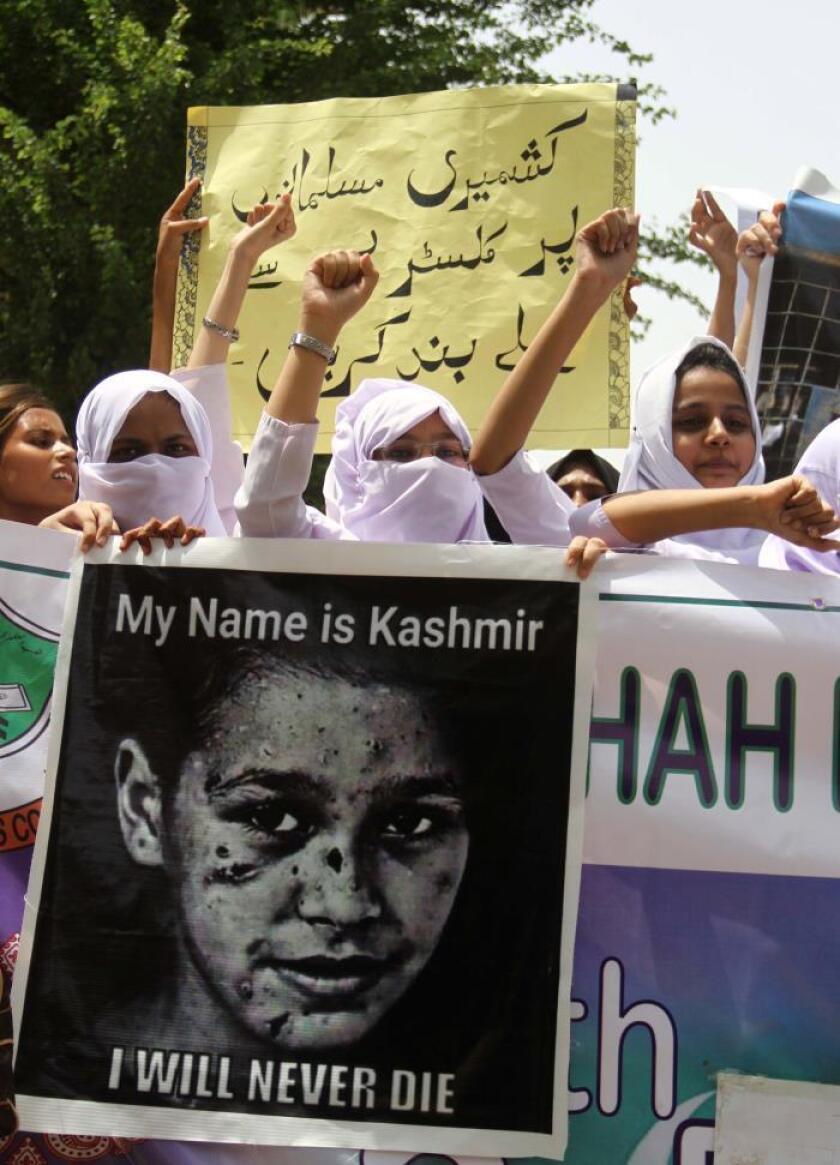 Estudiantes paquistaníes gritan consignas durante una manifestación celebrada este lunes después de que el gobierno indio eliminase el estatuto constitucional especial a la Cachemira india, ya que cuenta con apoyos suficientes en las dos Cámaras, en Muzaffarabad, la capital de la Cachemira administrada por Pakistán. EFE/Rehan Khan