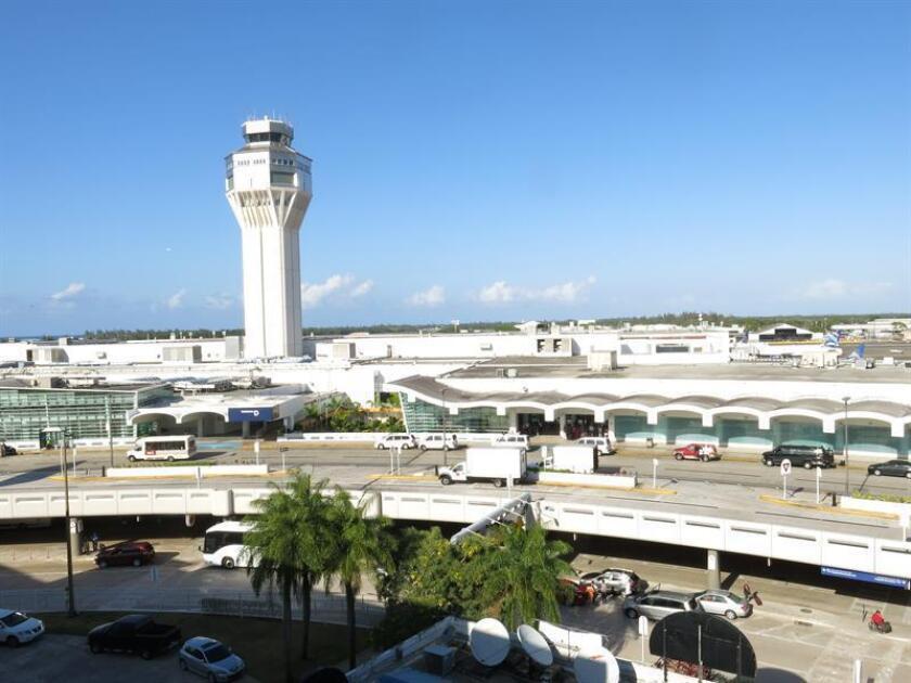 Un avión comercial con 147 pasajeros procedente de la ciudad de Miami, logró aterrizar hoy de emergencia en el Aeropuerto Internacional Luis Muñoz Marín de San Juan, luego de confrontar problemas mecánicos, informó la Policía de Puerto Rico. EFE/Archivo