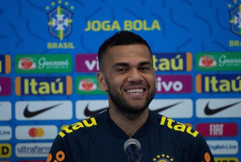 Dani Alves, capitán de la selección brasileña de fútbol, fue registrado este domingo, durante una rueda de prensa, en Salvador (Brasil). EFE