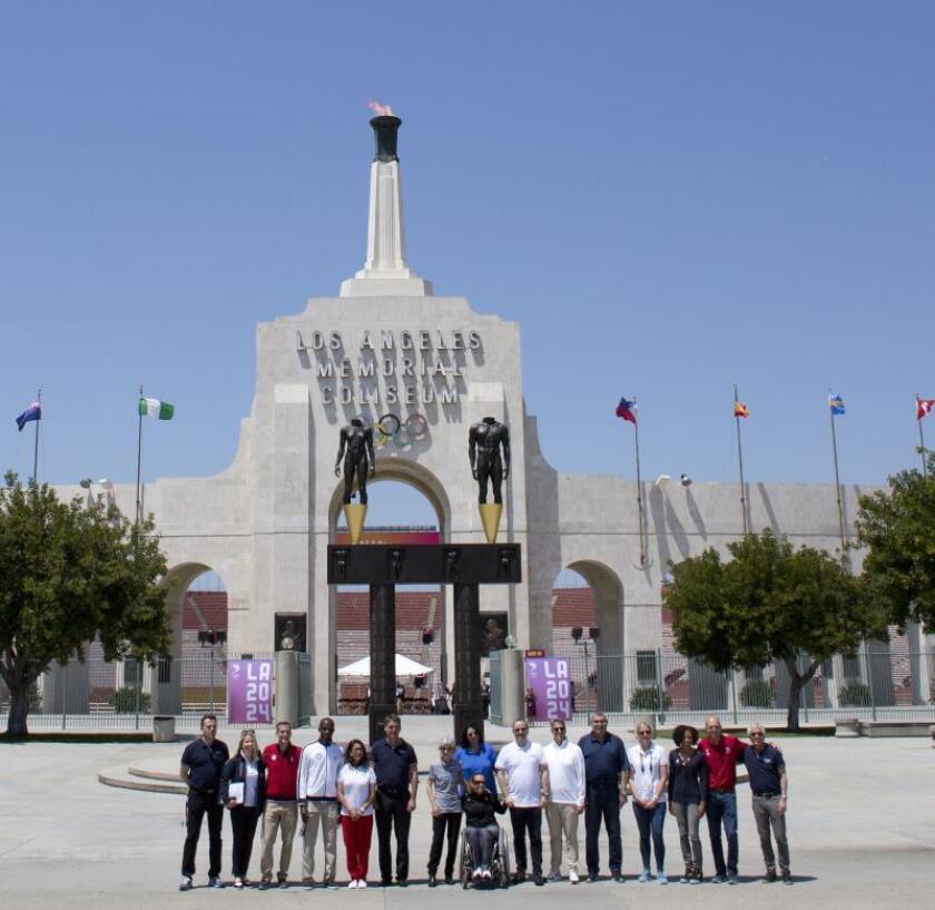 Fotografía del 11 de mayo de 2017 de organizadores de los Juegos Olímpicos Los Ángeles 2024 y funcionarios del Comité Olímpico Internacional (COI) posando frente a la fachada de Los Ángeles Memorial Coliseum, el estadio multifuncional que fue sede de los Juegos Olímpicos de 1932 y 1984 ubicado en el centro de Los Ángeles, California (EE.UU.). EFE/Armando Arorizo/Archivo