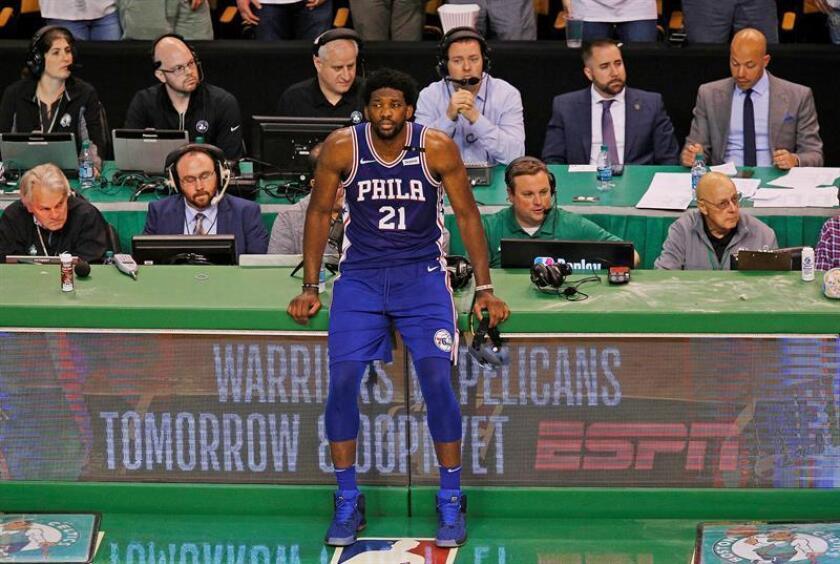 En la imagen, el jugador camerunés Joel Embiid (c) de los 76ers de Filadelfia. EFE/Archivo