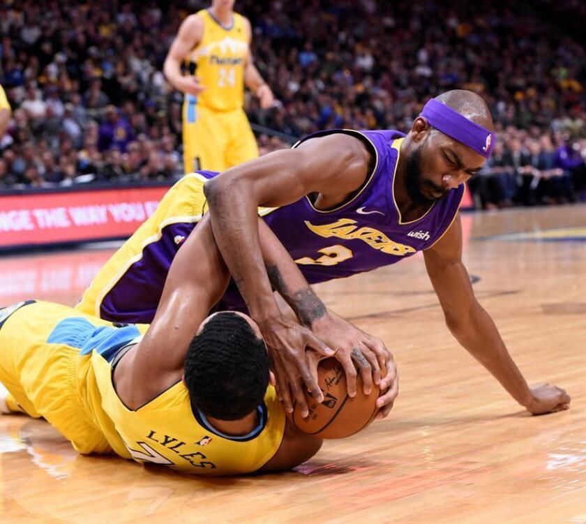 Corey Brewer (arriba) de los Los Angeles Lakers en acción ante Trey Lyles (debajo) durante el partido entre los Denver Nuggets y Los Angeles Lakers que se disputa en el Pepsi Center de Denver (EE.UU.) EFE