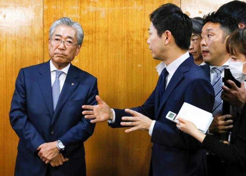 El presidente del Comité Olímpico de Japón, Tsunekazu Takeda (I), asiste a una reunión del consejo del Comité Olímpico en Tokio (Japón), el pasado martes. EFE