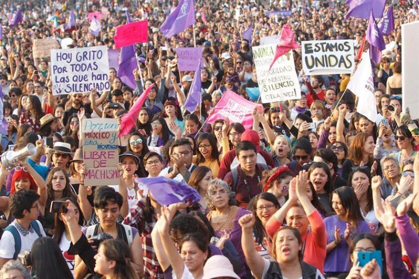 Miles de mujeres fueron registradas este sábado en Ciudad de México al participar en una marcha para demandar el fine de los feminicidios y de los intentos de secuestro que han ido en aumento en las últimas semanas en México. EFE