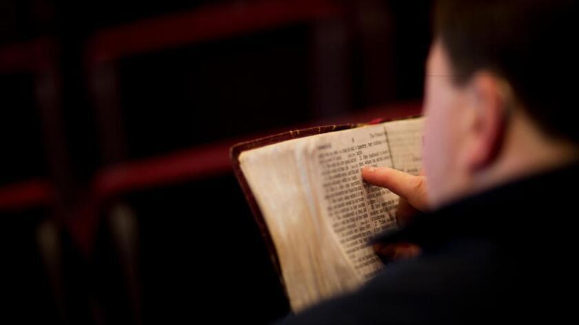¿Qué ocurre cuando un pasajero comienza a citar la Biblia a gritos en medio de un vuelo? De todo (Los Angeles Times).