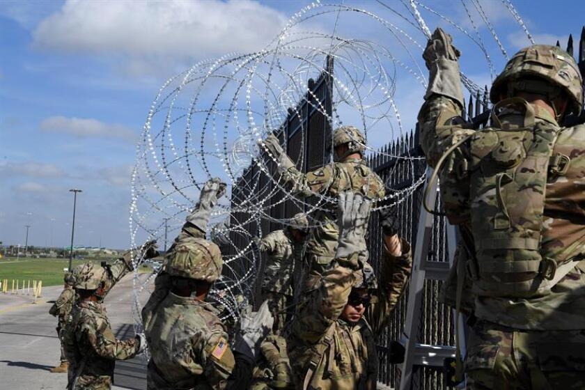 Fotografía cedida por la Fuerza Aérea estadounidense que muestra a varios soldado estadounidenses mientras instalan concertinas en la frontera entre Estados Unidos y México en la frontera delimitada por el río Grande en Anzalduas, Texas (Estados Unidos) hoy, 6 de noviembre del 2018. EFE/ Daniel Hernandez /FUERZA AÉREA ESTADOUNIDENSE/FOTOGRAFÍA CEDIDA/SÓLO USO EDITORIAL/PROHIBIDA SU VENTA