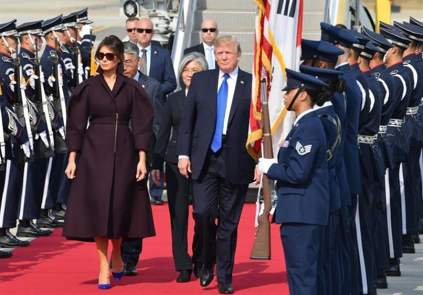 La ministra de Relaciones Exteriores de Corea del Sur, Kang Kyung-wha (c), da la bienvenida al presidente de los Estados Unidos, Donald J. Trump (c-d), y a la primera dama, Melania Trump (c-i), después de que llegaran hoy, martes 7 de noviembre de 2017, a la base aérea estadounidense Osan, en Pyeongtaek (Corea del Sur). EFE