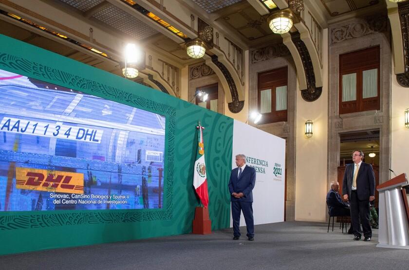 Elmandatario mexicano, Andrés Manuel López Obrador (i) y el Secretario de Relaciones Exteriores Marcelo Ebrard