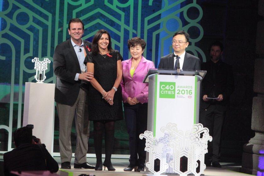 Eduardo Paes (2i), alcalde de Río de Janeiro, Brasil; Anne Hidalgo, alcaldesa de París (i); Stella Li, presidente de BYD Motors; y Chuanfu Wang, fundador de BYD Motors entregan a Hidalgo el premio por Planes de Adaptación y Evaluaciones hoy, jueves 1 de diciembre de 2016, durante la entrega de los premios a las 11 mejores ciudades del 2016 para el cambio climático en la Cumbre del Grupo de Liderazgo Climático C40, en Ciudad de México (México).
