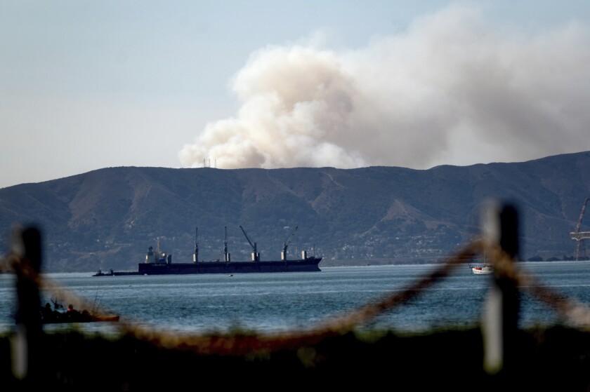 Un incendio en el sur de San Francisco, visto desde Alameda, California, el 16 de octubre de 2020.