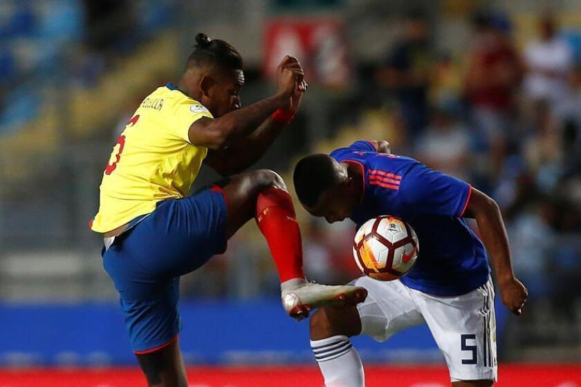El jugador de Colombia Andrés Balanta (d) disputa el balón con Exon Vallecilla (i) de Ecuador este lunes, durante un partido de la tercera fecha del hexagonal final del Campeonato Sudamericano Sub 20 disputado en el estadio El Teniente de Rancagua (Chile). EFE