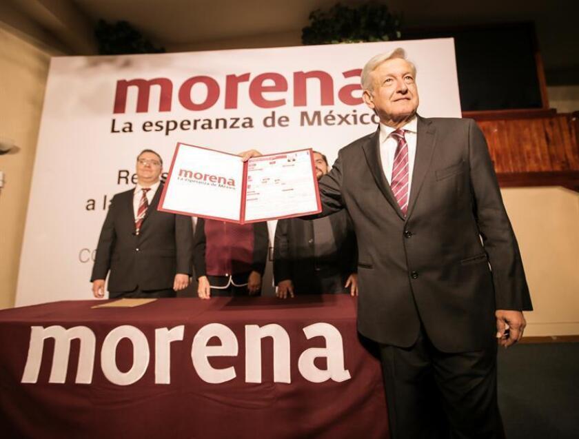 El líder izquierdista Andrés Manuel López Obrador posa durante el evento que da inicio a su tercera carrera para llegar a Los Pinos con su registro oficial como precandidato a la Presidencia en Ciudad de México (México). EFE