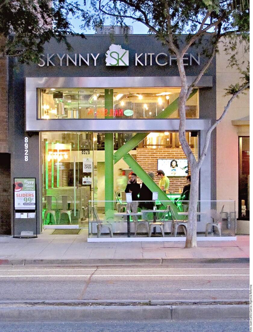 En Santa Monica Boulevard, entre Robertson y San Vicente, Million of Milkshakes tienta a la glotonería y Skynny Kitchen promueve la sana alimentación.