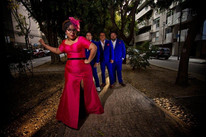 """Esta es una imagen promocional de la banda La Santa Cecilia, registrada durante la grabación de """"Amar y vivir"""", la placa que se encuentra nominada al Grammy."""
