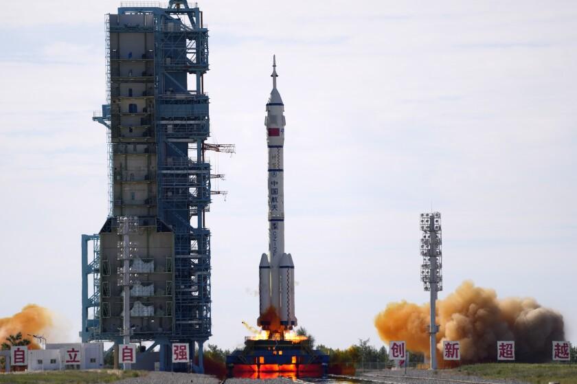 China envía a 3 astronautas a su estación espacial Tianhe