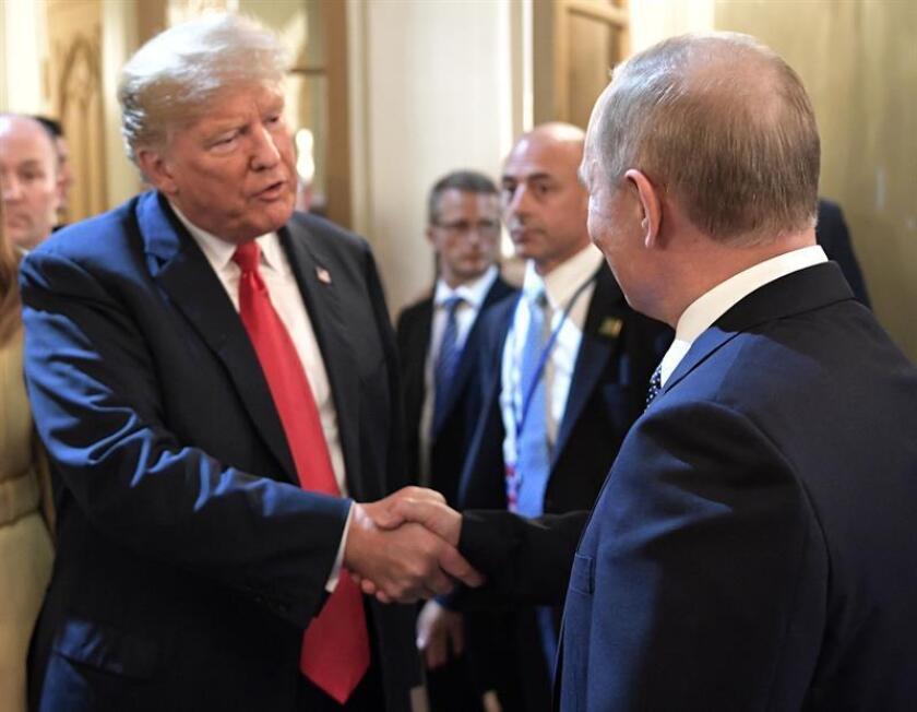 Fotografía de archivo del encuentro entre el presidente ruso Vladimir Putin (d) y el presidente estadounidense Donald Trump (i). EFE/ALEXEI NIKOLSKY / SPUTNIK / KREMLIN POOL /CRÉDITO OBLIGATORIO