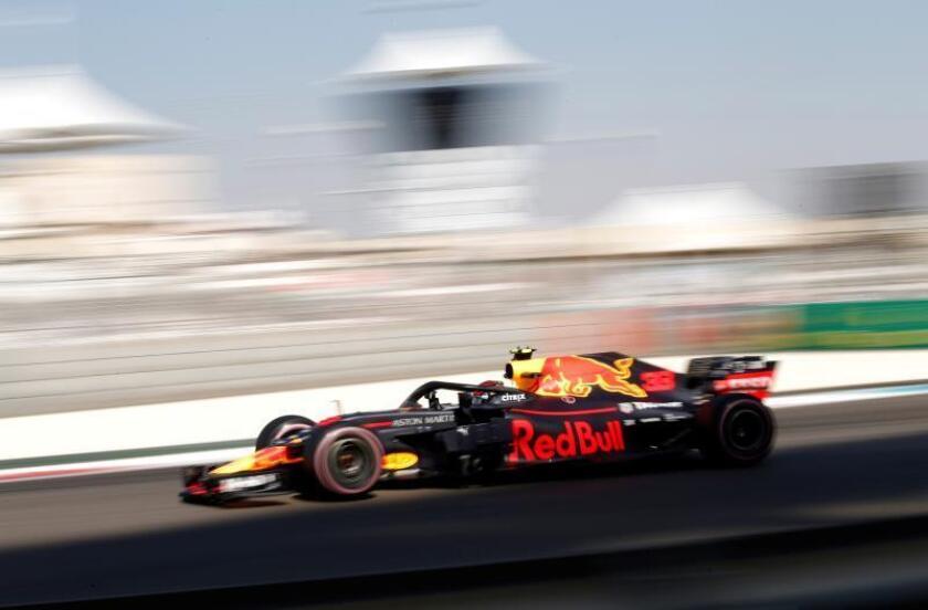El piloto holandés de Fórmula Uno Max Verstappen, de Red Bull Racing, participa en los entrenamientos libres en el circuito de Yas Marina de Abu Dabi, Emiratos Árabes Unidos, hoy, 23 de noviembre de 2018. EFE