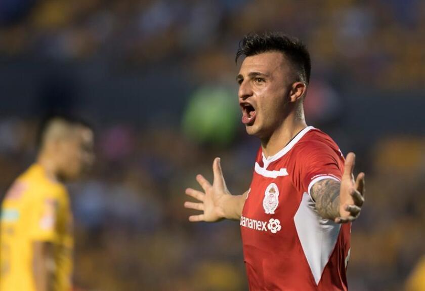 Enrique Triverio de Diablos Rojos de Toluca festeja una anotación ante Tigres hoy, sábado 11 de agosto de 2018, durante el partido correspondiente a la jornada 4 del Torneo Apertura 2018 celebrado en el estadio Universitario de la ciudad de Monterrey (México). EFE