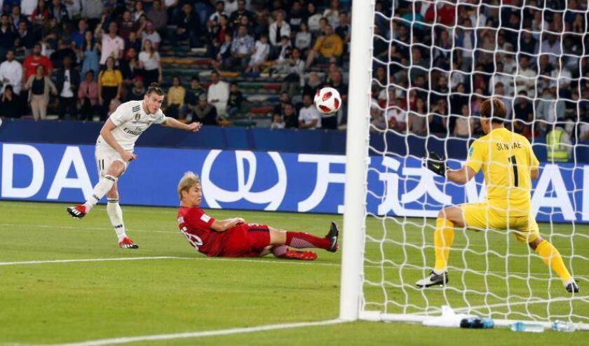El extremo galés del Real Madrid, Gareth Bale (i), mara el 0-3 durante la semifinal del Mundial de Clubes disputada entre el Kashima Antlers japonés y el Real Madrid en el Zayed Sports City Stadium de Abu Dabi (Emiratos Árabes Unidos). EFE
