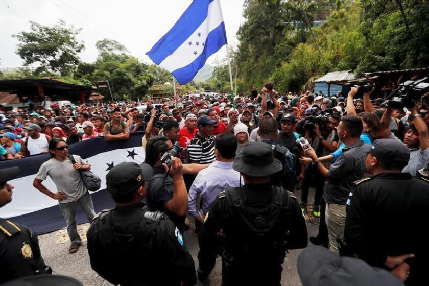 Migrantes hondureños fueron registrados este lunes a su llegada a la frontera de Agua Caliente, en donde la Policía de Guatemala les impidió el paso, en Chiquimula (Guatemala). EFE
