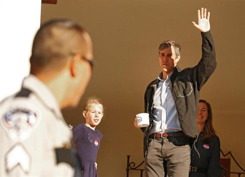 El candidato demócrata por el estado de Texas, Beto O'Rourke (c), junto a su esposa, Amy (d), e hijos, tras votar en El Paso, Texas (Estados Unidos), el 6 de noviembre de 2018. EFE/Archivo