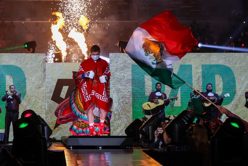 Canelo Álvarez sale al ring la noche del sábado en San Antonio, Texas.