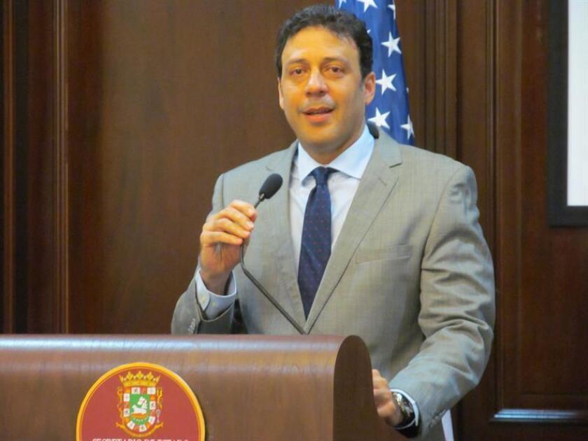 """El Secretario de Estado designado, Luis Rivera Marín, sostuvo una reunión con el saliente Secretario de Estado, Víctor Suarez, para coordinar detalles """"importantes"""" de la transición a llevarse a cabo en dicha agencia gubernamental de camino al cambio de gobierno el próximo 2 de enero y que fue calificada por el político de """"fructífera"""". EFE/ARCHIVO"""