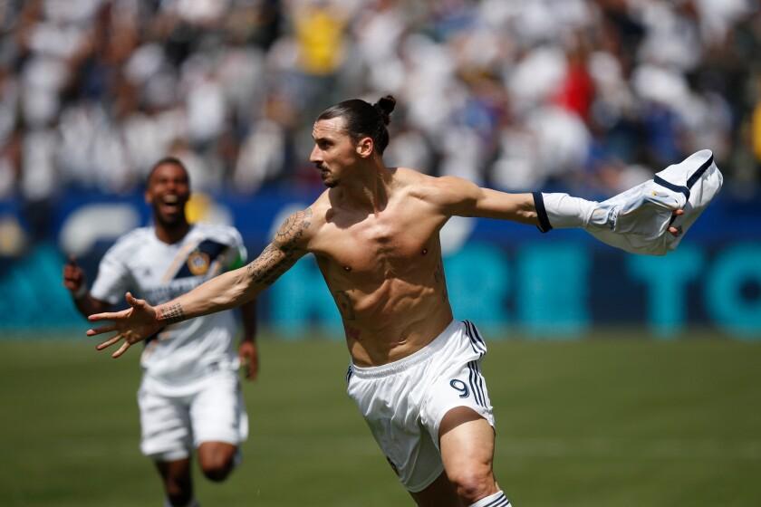 El sueco Zlatan Ibrahimovic, del Galaxy de Los Ángeles, festeja luego de anotar su primer tanto en la MLS, el sábado 31 de marzo de 2018, en un encuentro ante Los Ángeles FC.