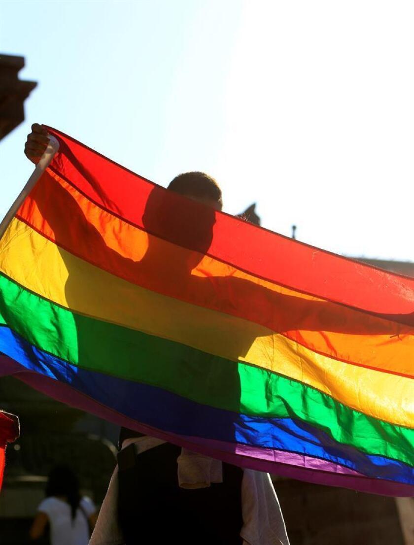 Decenas de personas protestan el viernes 23 de junio de 2017, en el Ángel de la Independencia en Ciudad de México durante una manifestación de organizaciones del colectivo Lésbico, Gay, Bisexual y Transexual (LGBT) en la que exigieron justicia por los muertos y desaparecidos de su comunidad en el país. EFE/Archivo