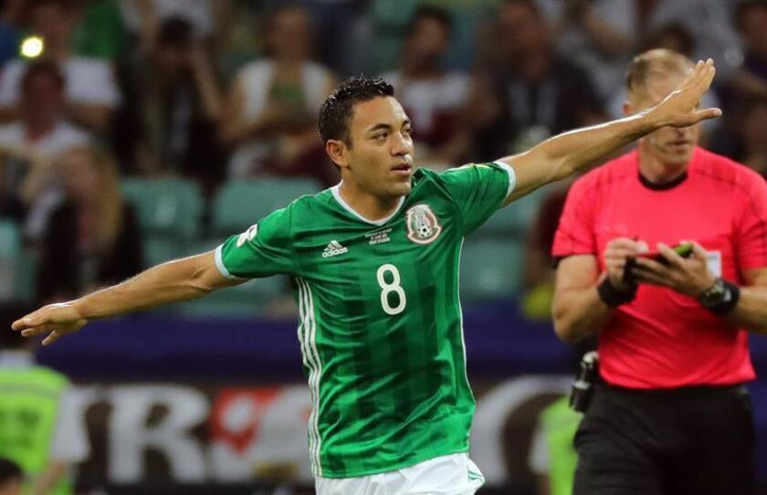 En la imagen el registro del centrocampista mexicano Marco Fabián al celebrar un gol que anotó con su selección. EFE/Archivo