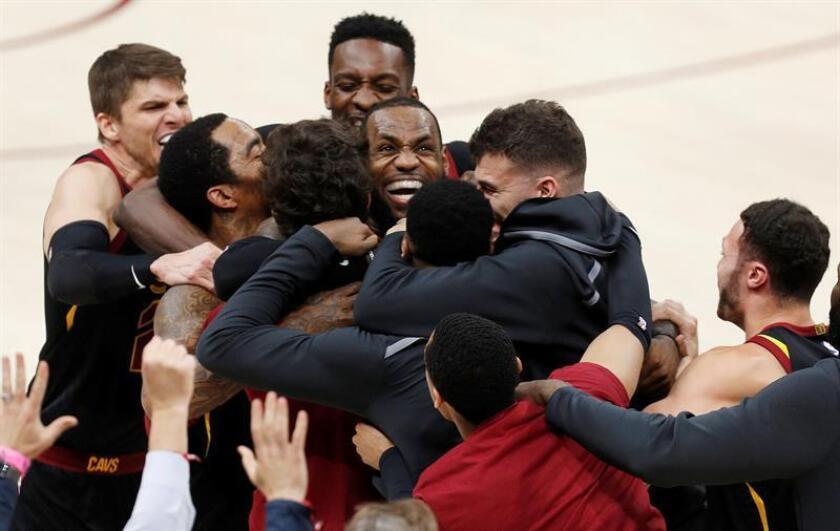 LeBron James (c) de Cleveland Cavaliers celebra con sus compañeros la anotación del punto decisivo durante un partido de las eliminatorias de la Conferencia Este de la NBA hoy, miércoles 25 de abril de 2018, en el Quicken Loans Arena de Cleveland, Ohio (EE.UU.). EFE