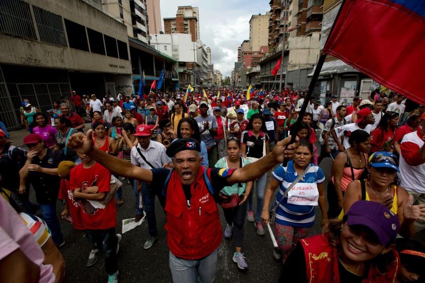 Partidarios del presidente de Venezuela, Nicolás Maduro, participan en una marcha en Caracas, Venezuela. Miles de seguidores del gobierno y empleados públicos marcharon en el centro de la capital en respaldo a Maduro y para condenar la invocación de la Carta Democrática Interamericana de la Organización de Estados Americanos, OEA. (AP Photo/Fernando Llano)