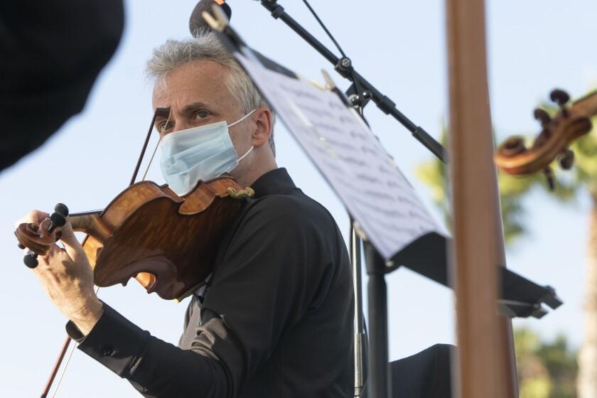 El concertino de la Filarmónica de Los Ángeles, Martin Chalifour, en un concierto de Mainly Mozart