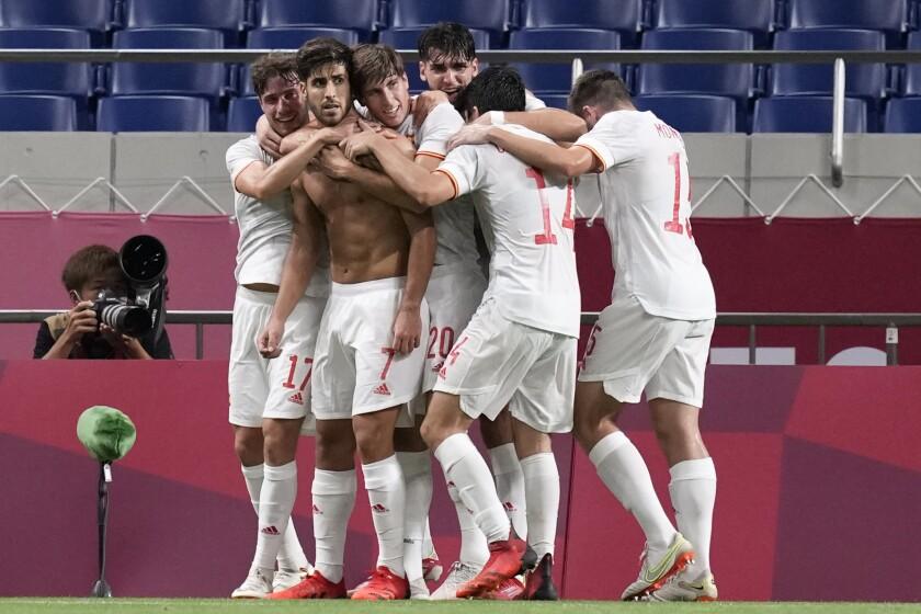 El español Marco Asensio celebra al marcar el primer gol contra Japón durante un partido por las semifinales