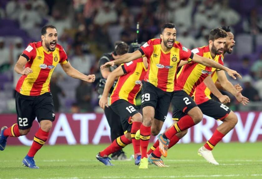 Jugadores del Esperance tunecino celebran su victoria ante el Chivas Guadalajara tras el partido por el quinto puesto del Mundial de Clubes que ambos equipos disputaron en Al Ain, Emiratos Árabes Unidos. EFE