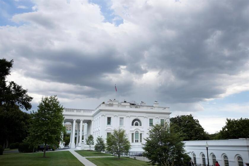 Vista de nubes sobre la Casa Blanca hoy en Washington (EE.UU.). EFE/ARCHIVO