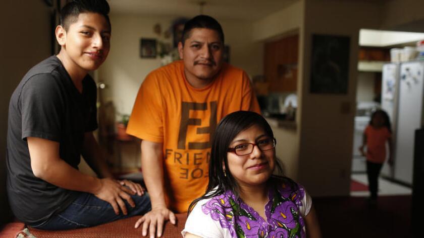 Luis Hipólito (al centro) y sus hijos Luis e Iris Alondra Hipólito, todos de Los Ángeles, viajarán a ver al papa Francisco durante su visita a México (Michael Robinson Chavez / Los Angeles Times).