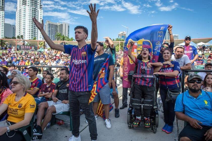 Aficionados del Barcelona animan hoy, domingo 28 de octubre de 2018, mientras observan en una pantalla el juego entre Barcelona y Real Madrid, en Miami (EE.UU.). EFE