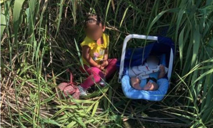 dos hermanos hondureños, una niña de dos años y un bebé de tres meses de edad