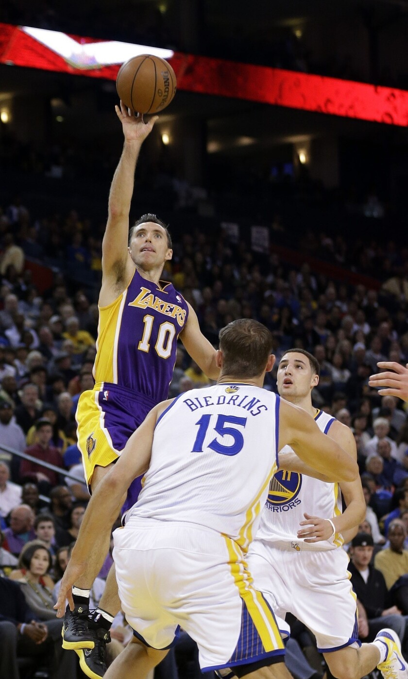 Steve Nash's return helps Lakers through a difficult night
