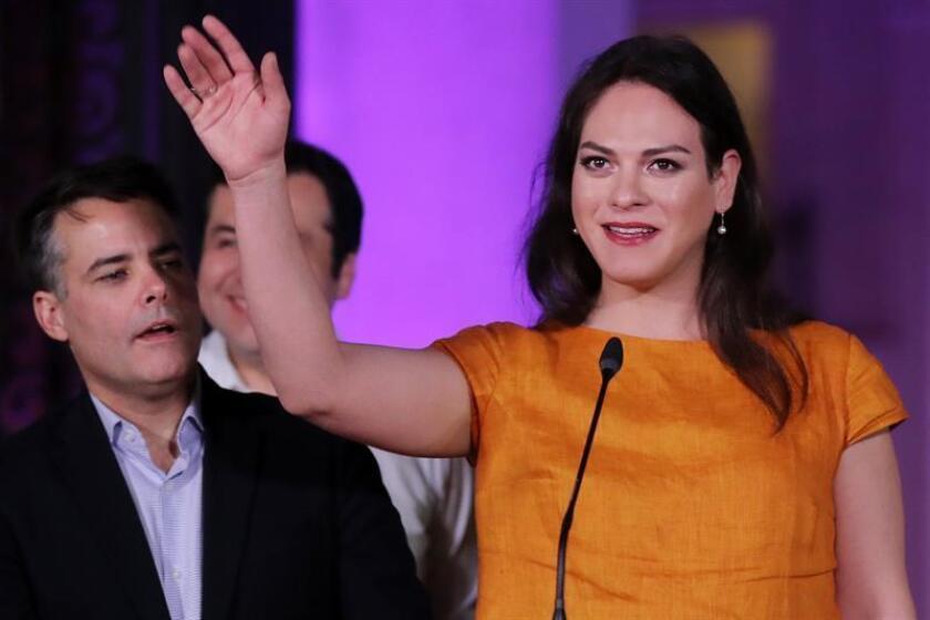 La actriz chilena, Daniela Vega (d), saluda junto al productor y director chileno, Sebastian Lelio (i). EFE/Archivo