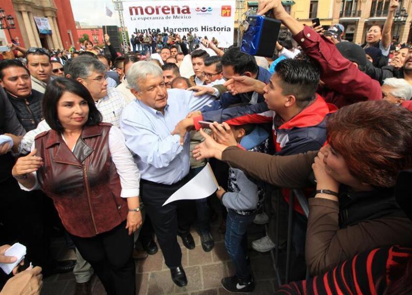 El candidato a la candidatura presidencial del partido Movimiento Regeneración Nacional (MORENA) Andres Manuel López Obrador (c), participa en un acto protocolario de cierre de precampaña en la ciudad de León, Guanajuato (México). EFE