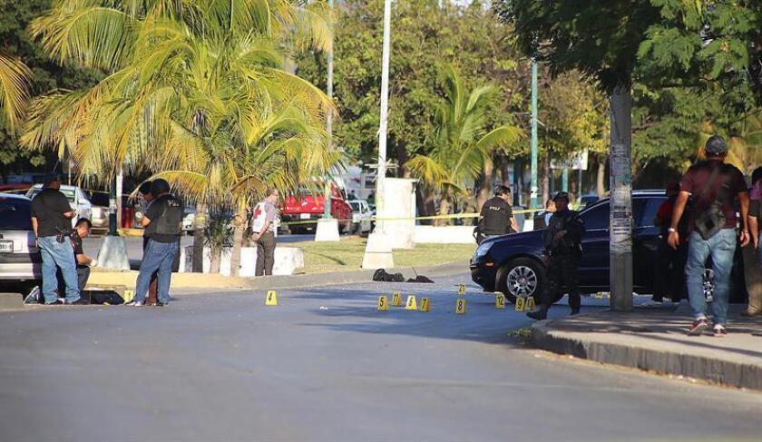 Dos policías ministeriales murieron hoy en el ataque a instalaciones oficiales en el balneario mexicano de Cancún, al igual que uno de los agresores, y tres personas más resultaron heridas, informó hoy el alcalde Remberto Estrada. EFE