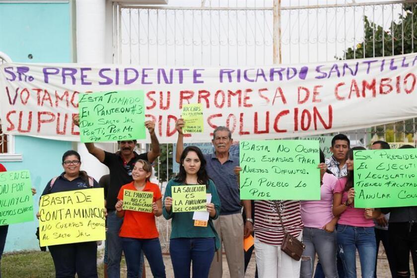 Un grupo de personas se manifiesta hoy, 8 de octubre de 2018, a las afueras de un panteón en el municipio del El Salto, en el estado de Jalisco (México). EFE